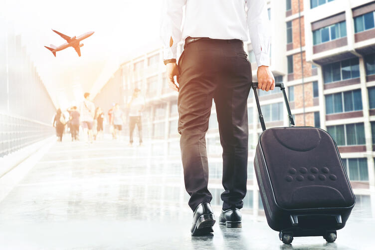 assa-abloy-hotels-solution-man-with-suitcase